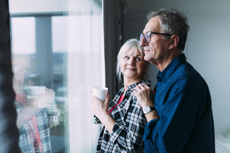 droit photo  freepik-elderly-couple-in-retirement-home-in-front-of-window.jpg